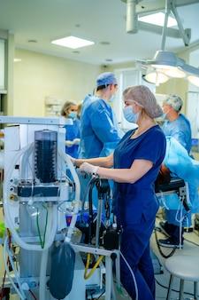 Monitor sztucznej wentylacji płuc na oddziale intensywnej terapii. pielęgniarka ze sprzętem medycznym. wentylacja płuc tlenem. covid-19 i identyfikacja koronawirusa. pandemia.