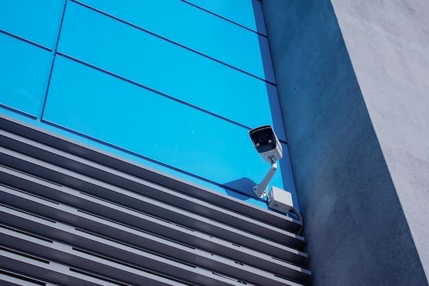Monitoring cctv. zewnętrzna kamera monitorująca do ochrony obiektów.