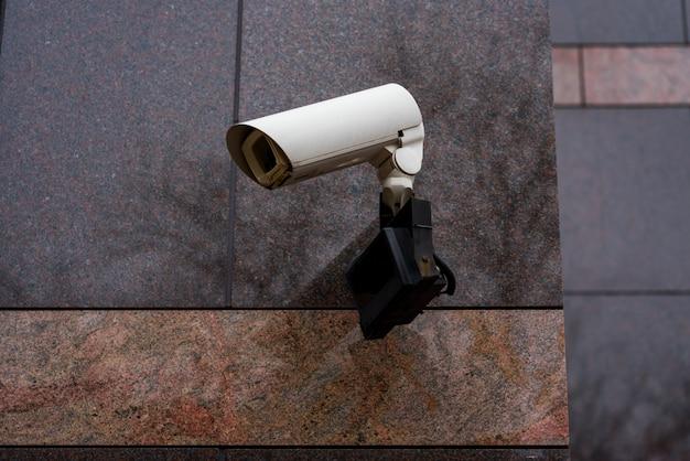 Monitoring wideo na ścianie budynku na zewnątrz,
