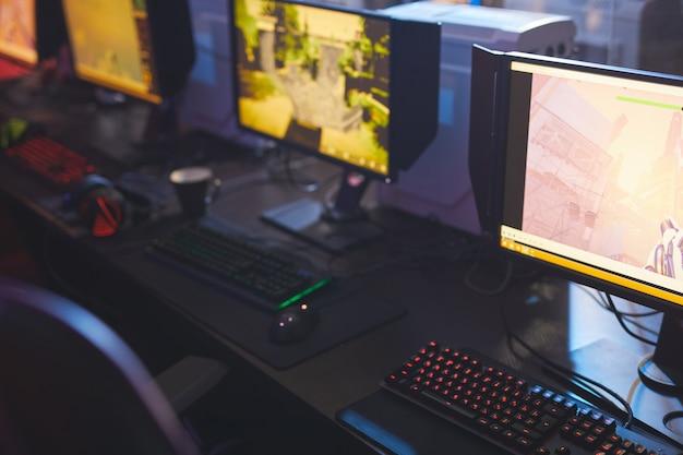 Monitory w klubie gier wideo