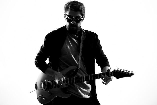 Monochromatyczna gwiazda rocka grająca na gitarze
