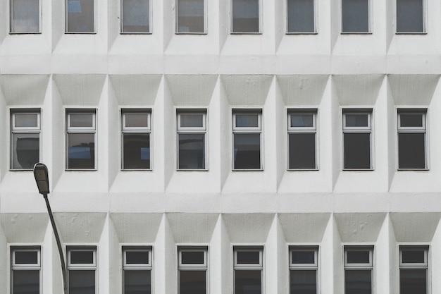Monochromatyczny budynek z oknami