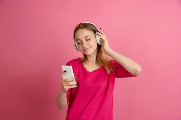 Monochromatyczny portret młoda kobieta na różowym tle