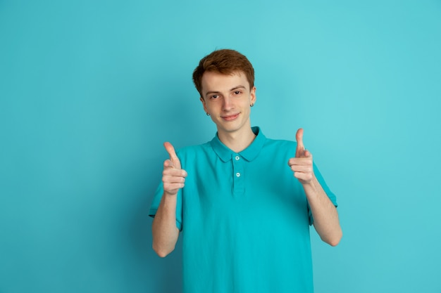 Monochromatyczny portret młody człowiek na błękitnym tle