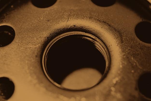 Monochromatyczny tło wizerunek oleju filtra zakończenie up. grafika z części samochodowej w fotografii makro w odcieniach sepii.