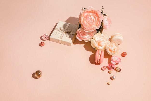 Monochromatyczny układ kwiatowy z miejscem na kopię w brzoskwiniowym pastelowym kolorze. minimalna koncepcja wiosny
