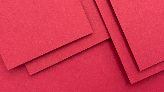 Monochromatyczny układ martwej natury z czerwonym papierem