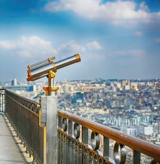 Monokularowy teleskop obserwacyjny na szczycie wieży eiffla w paryżu