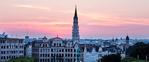 Mont des arts o zachodzie słońca w brukseli w belgii