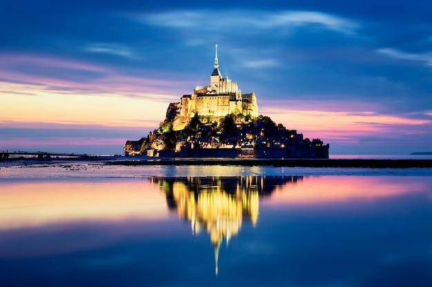 Mont-saint-michel nocą, francja, europa.