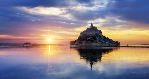 Mont saint michel o zachodzie słońca, francja