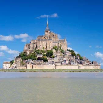 Mont-saint-michel z błękitnym niebem, francja.