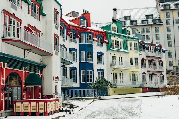 Mont-tremblant, qc, kanada - luty 2020 wioska mont-tremblant zimą.