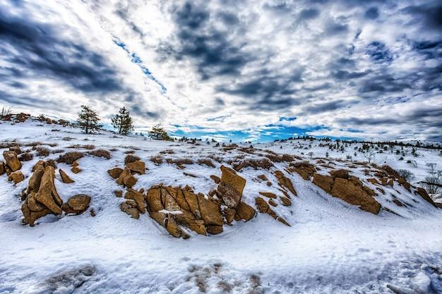 Montains ze śniegiem pod błękitne niebo pochmurne