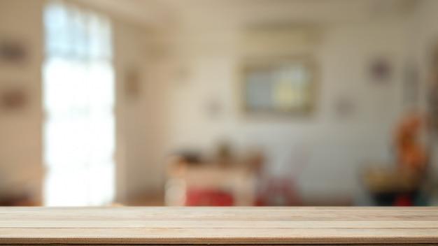 Montaż drewnianego stołu w tle salonu z pustym drewnianym biurkiem dla obecnego produktu.