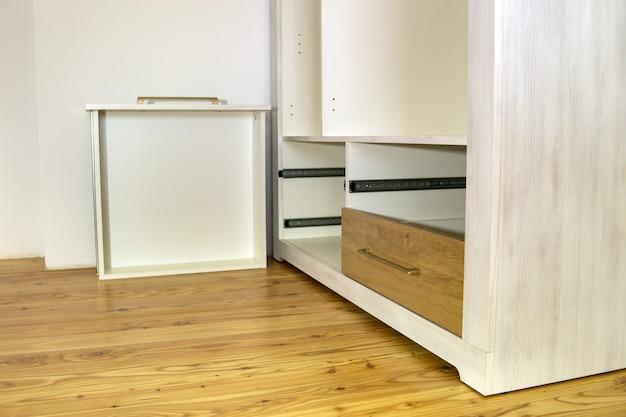 Montaż drewnianej szuflady w szafce szafkowej