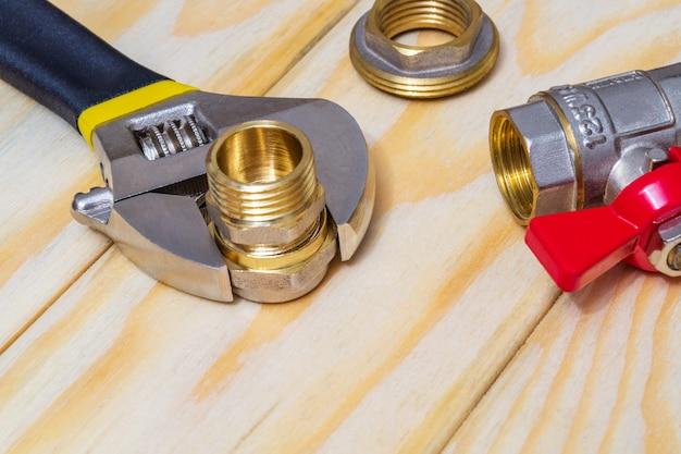 Montaż hydrauliczny i klucz nastawny na deskach podczas naprawy lub wymiany części zamiennych