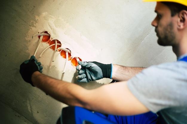 Montaż instalacji elektrycznej w nowym domu podczas remontu i naprawy elektryki