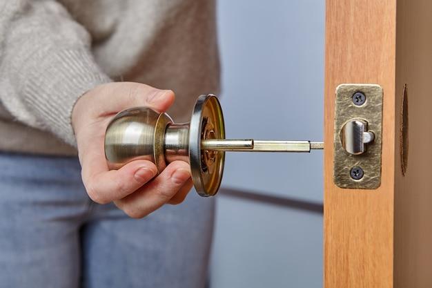Montaż klamki z zamkiem zapadkowym do drzwi wewnętrznych.