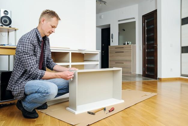 Montaż komody łączący elementy szuflady