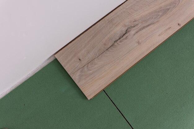 Montaż laminatu w pomieszczeniu, arkusze przyjaznych środowisku podłóg oraz laminatu lub parkietu