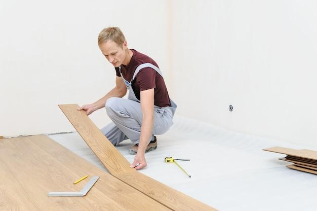 Montaż laminowanej deski podłogowej.