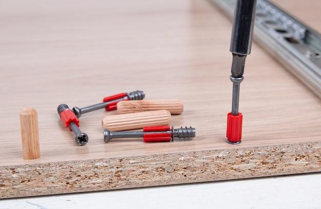 Montaż mebli za pomocą śrubokręta