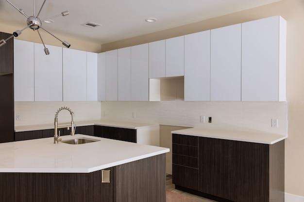 Montaż nowej baterii w nowoczesnej kuchni pod zabudowę szafki