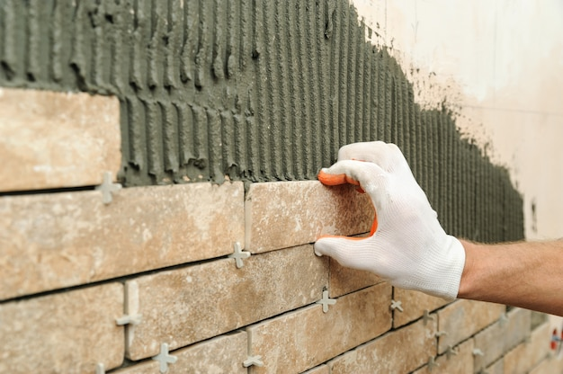Montaż płytek na ścianie