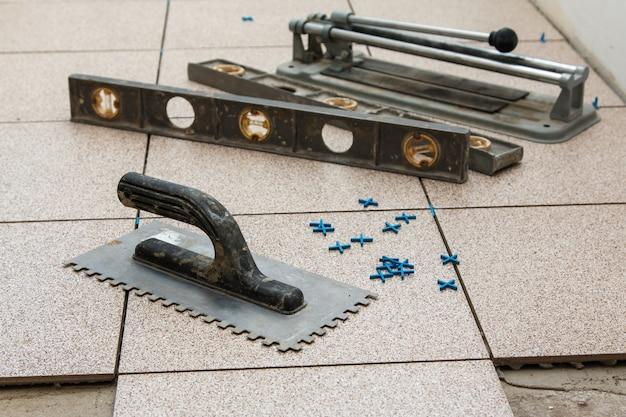 Montaż płytek podłogowych