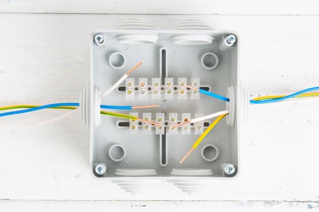 Montaż przewodów elektrycznych w skrzynce tnącej