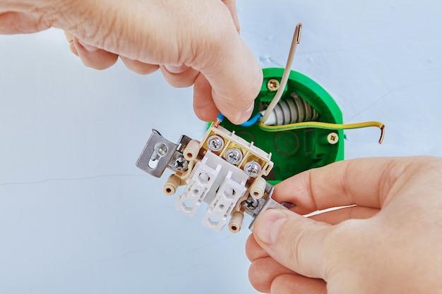 Montaż puszki elektrycznej i włącznika światła w płycie gipsowej.