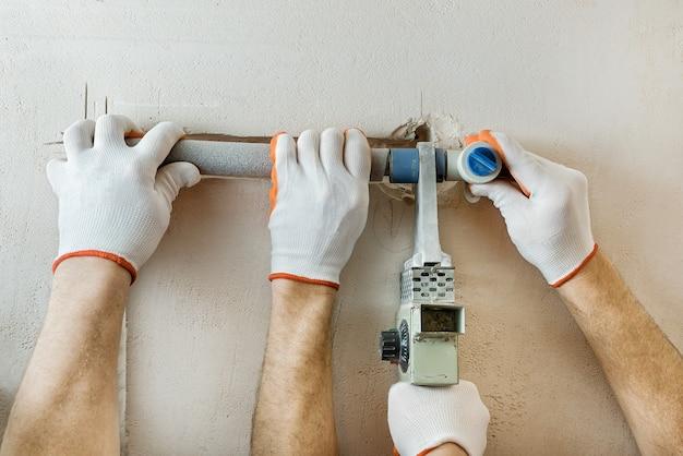 Montaż rur wodociągowych w ścianie pod prysznic pod zabudowę