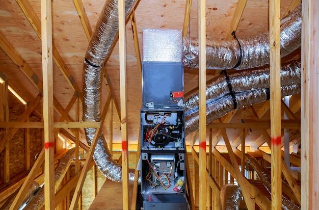 Montaż systemu grzewczego na dachu systemu rurowego ogrzewania zbliżenie