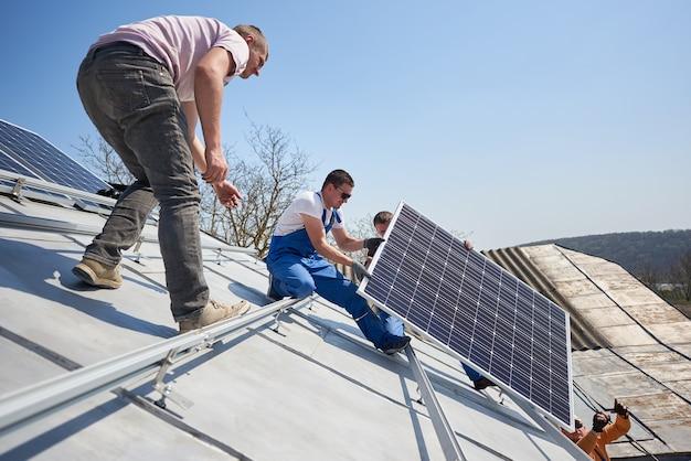 Montaż systemu paneli fotowoltaicznych na dachu domu
