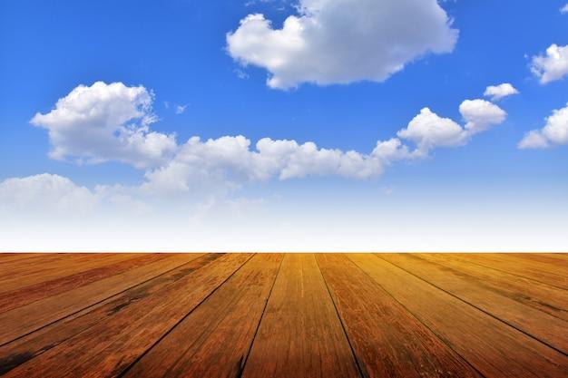 Montaż tabeli drewna tło biały może na niebieskim niebie