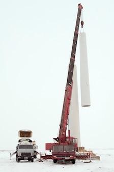Montaż wieży turbiny wiatrowej za pomocą dźwigu