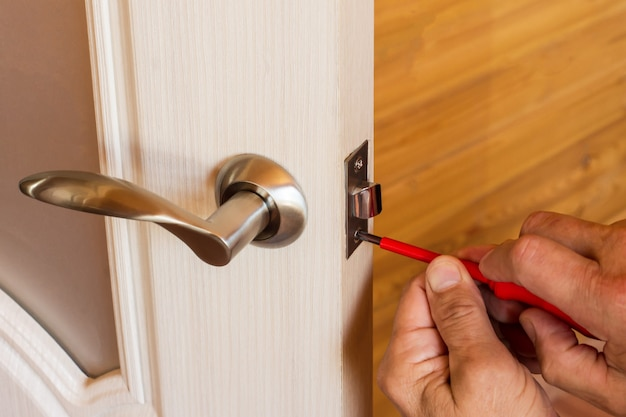 Montaż zamka z klamką i zatrzaskiem do drzwi wewnętrznych.
