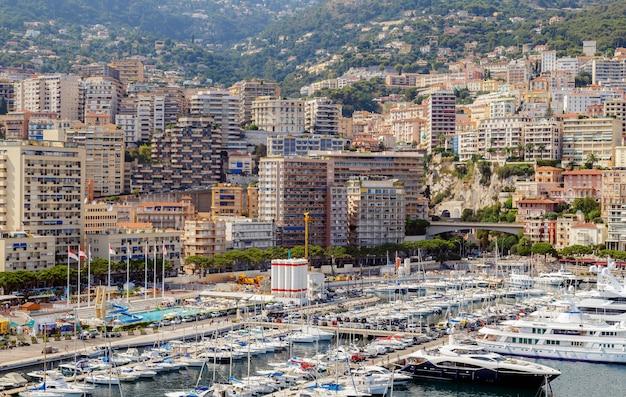 Monte carlo monako francuska riwiera widok na zatokę z luksusowymi jachtami, statkami i miastem