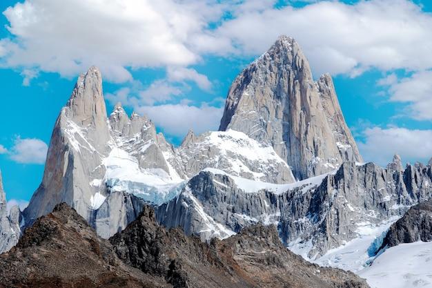 Monte fitz roy między chmurami w patagonii argentyna