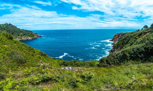 Monte ulia w mieście san sebastián, kraj basków. odwiedź ukrytą zatokę miasta o nazwie illurgita senadia lub illurgita senotia. panoramiczny widok z góry na zatokę ulia