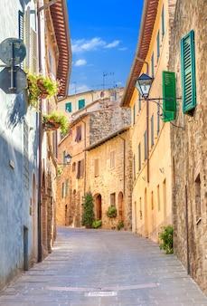 Montepulciano, włochy, stara wąska ulica w centrum miasta z kolorowymi fasadami