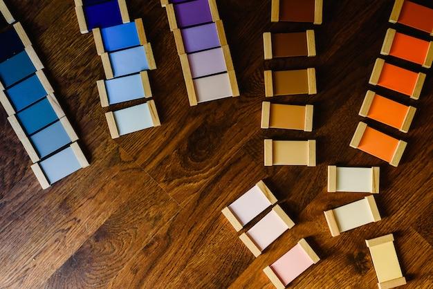 Montessori koloru pastylki na drewnianym podłogowym tle