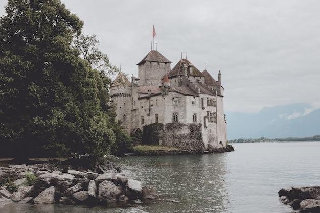 Montreux, szwajcaria - 2 lipca 2017: piękny widok na słynny zamek chateau de chillon i jezioro genewskie