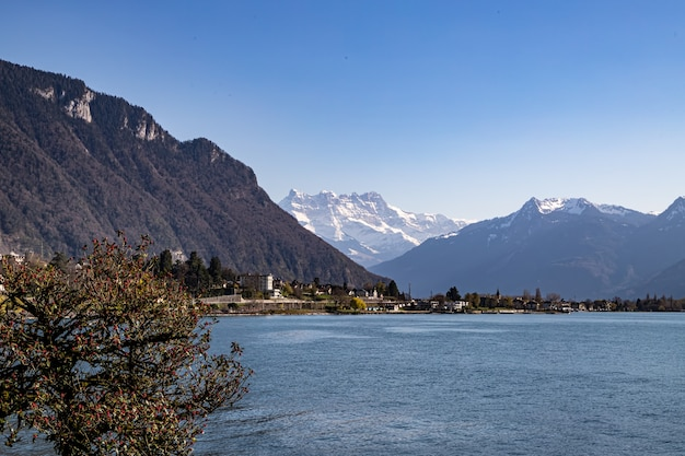 Montreux szwajcaria widok z zamku chillon jezioro genewskie i alpy w tle
