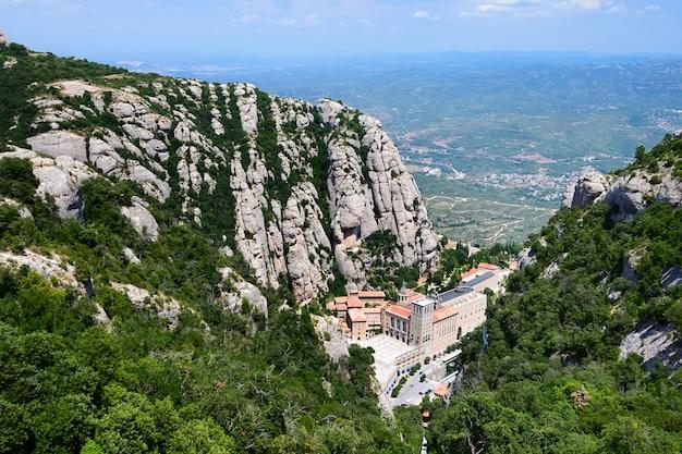 Montserrat to góra w pobliżu barcelony.