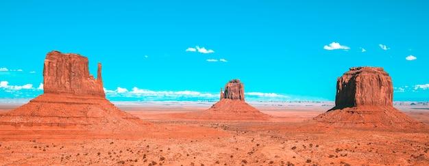 Monument valley pod błękitnym niebem, usa