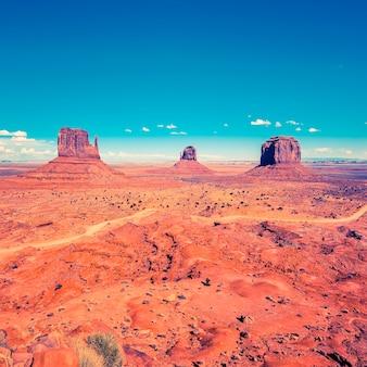 Monument valley pod błękitnym niebem, usa.
