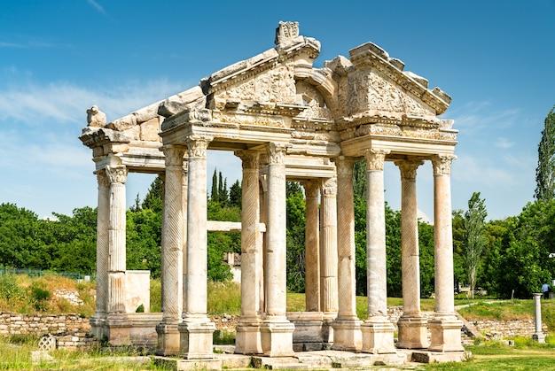 Monumentalna brama lub tetrapylon w aphrodisias w turcji