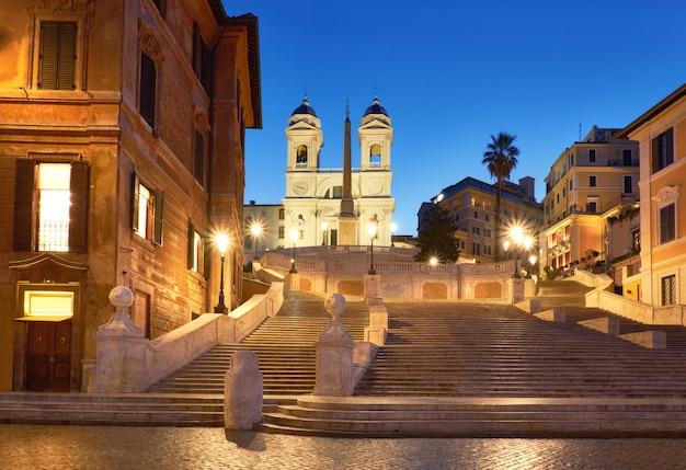 Monumentalne schody hiszpańskie kroki w nocy w rzymie, włochy